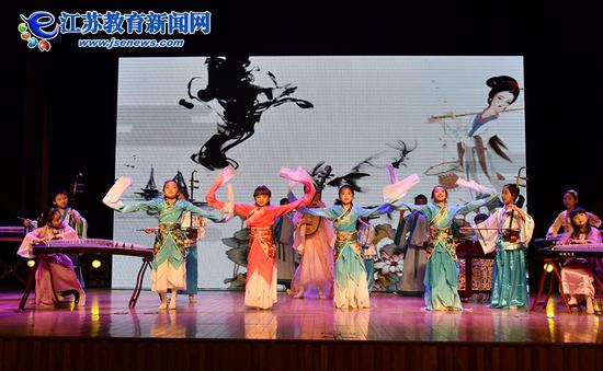 """南京三所学校参与""""2016美德学生""""颁奖仪式演出(图)"""