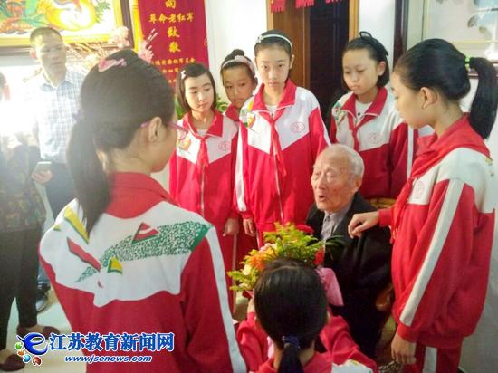 红领巾与百岁老红军手拉手迎国庆(图)