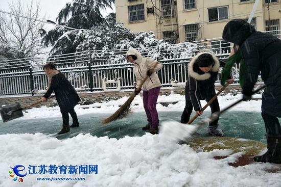 扫雪铲冰暖人心 图图片
