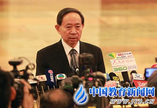 """教育部部长袁贵仁在""""部长通道""""再度被记者拦截提问"""