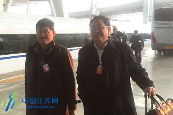 出席十二届全国人大四次会议的江苏代表集体从南京出发